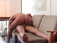 Amateurs fuck on the narrow couch