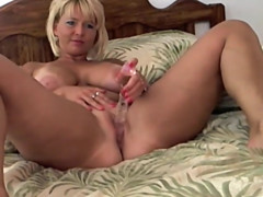 Mature babe dildo fucks her pussy