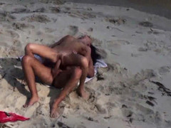 Candid episode of a pair fucking on the beach