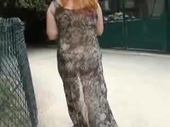 exhibe nue sous une robe transparente