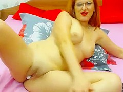 SexyAmandaX lies naked on the bed