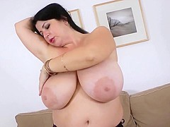 Busty curvy goddess exposes her huge natural boobs