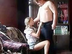 Il baise une gamine qui a l age d etre sa fille