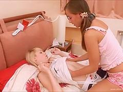 Alice en vriendin neuken met een strapon