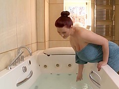 Gros seins dans la salle de bain 1