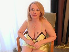 Fetish masseuse tribbing