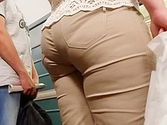 Big ass in tight pants go to the train