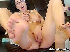 Livecam Mistress Bianca Has Her Feet Worshipped - KinkyFrenchies