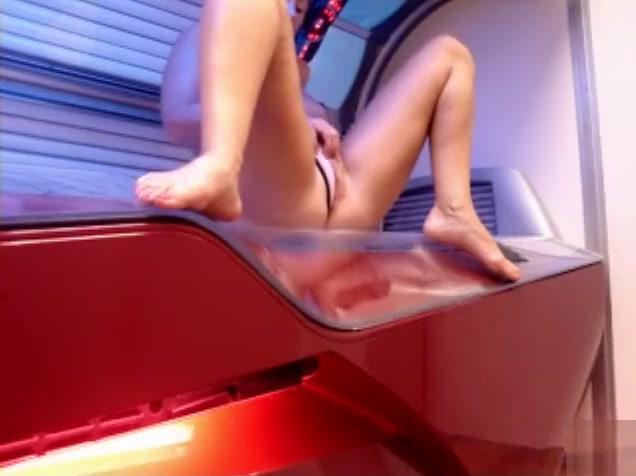 Kinky babe takes a pee in the tanning salon