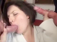 Deux pervers se tapent la femme de menage dans le salon apres avoir regardé un film porno sur lécran