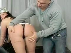 Laura, une belle mature brune au corps pétillant se fait bien réchauffée par son mari pervers, avant