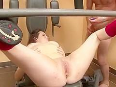Un jolie brunette aux petits seins se masturbe avant d'être baisée et sodomisée à la salle de sport