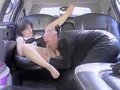 Quand une belle grosse bourgeoise sexy se fait baiser par son chauffeur à l'arrière d'une limousine