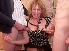 Papy réserve une surprise que sa salope de femme cougar n'est pas prête d'oublier, deux bites bien j