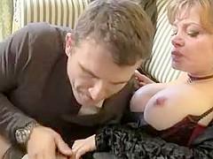 Cette femme mature un peu chagrinée en perdant son mari par un accident de voiture, va être consolée