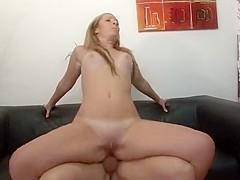 Néna, cette blonde de 27 ans veut percer dans le porno, la salope dit être très ouverte, et devant n
