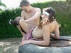 Cette jeune étudiante, dans sa tenue très légère se fait baiser par son mec, exhibitionniste, elle s