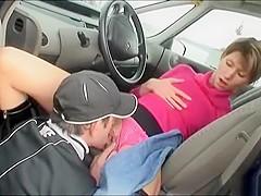 Zijn vriendin is zo geil na een lange reis dat ze hem pijpt terwijl hij rijdt.