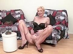Pendant son casting, les trous du corps de la blonde vêtue de lingerie noire se fait pénétrer par le
