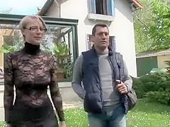 Une belle blonde sexy portant une robe noire se fait baiser par son voisin qui a toujours eu un faib