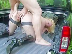 Cette jeune blonde va se faire baiser dans la voiture dans les bois, après s'être fait doigter sa ch