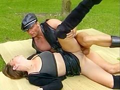 Une nana brune accompagnée de son esclave sexuel essaie la fellation. Elle se fait baiser ensuite da