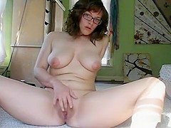 Busty chubby bruentte with glasses fingers her wet minge