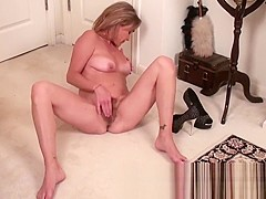 Mature mom makes her hairy snatch cum