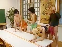 Un mec fait jouir 4 jeunes salopes allemandes