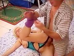 Une mature dominatrice lui ordonne de doigter et baiser son cul