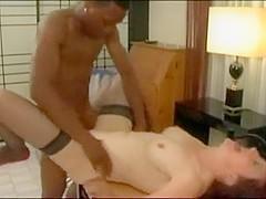 Mature torride fistée par un jeune black