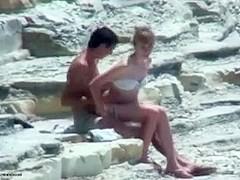 Couple timide se frotte sur une plage au soleil