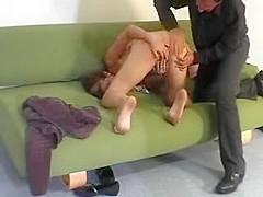 Patron humilie une jeune blonde en la fessant