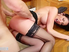 Darling Dava Foxx opens her legs for a good pussy licking