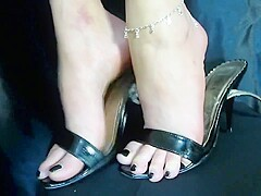 Sexy Amateur Feet with Slightly Callused and Yellowed Heels