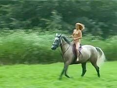 Frau reitet nackt auf pferd