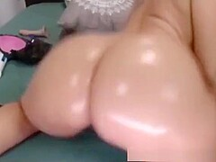 Round big ass oiling up on webcam