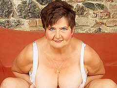 Horny Mature Lady Playing With Her Hairy Pussy - MatureNL